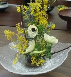 flower arrangement with yellow and white flowers